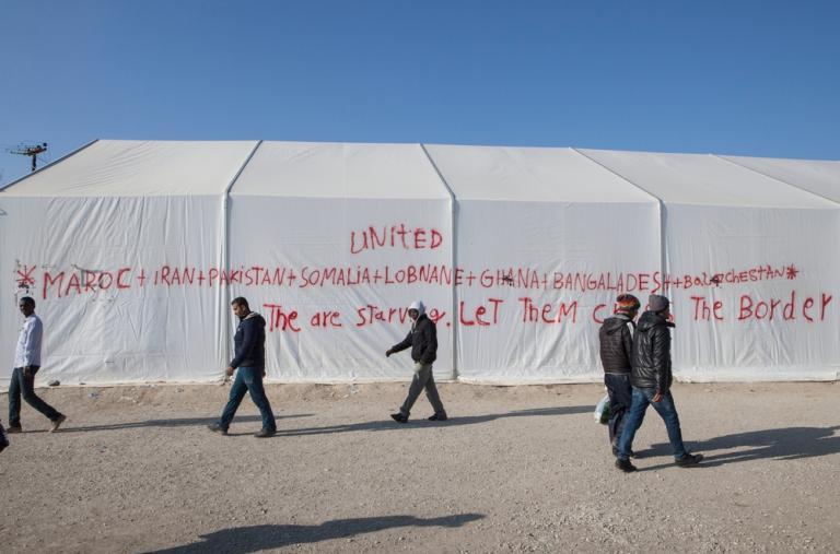 """""""Están hambrientos, déjenlos cruzar la frontera"""" Graffiti en el campo de refugiados en Idomeni en apoyo a las miles de personas que quedaron aisladas en la frontera griega-macedonia por las restricciones de nacionalidades impuestas por las autoridades. Al"""