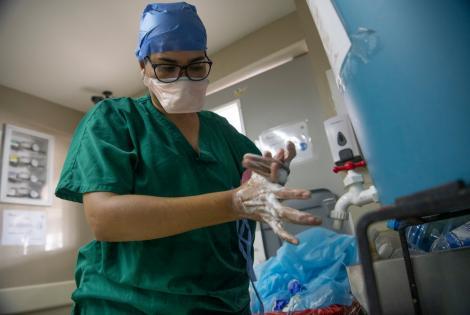 Una trabajadora de Médicos Sin Fronteras se lava las manos cumpliendo un estricto protocolo de bioseguridad, antes de salir del circuito de la unidad de COVID-19 que MSF opera en conjunto con el Hospital Pérez de León II en Caracas, Venezuela.