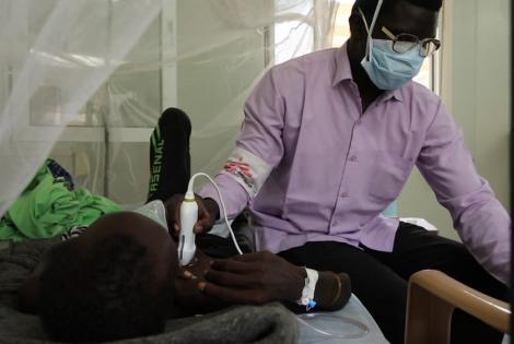 Un trabajador de MSF utiliza verificando algunos signos vitales de William Akol, un paciente ingresado en el hospital de MSF en el sitio de Protección de Civiles en Malakal, Sudán del Sur. William, de 46 años, sufre de tuberculosis pulmonar.