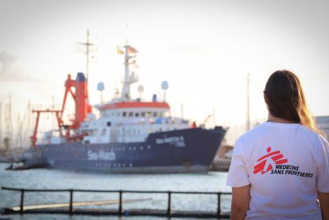 Barbara Deck, coordinadora del proyecto médico de Médicos Sin Fronteras, junto al Sea Watch 4 en el puerto de Burriana, en agosto de 2020.