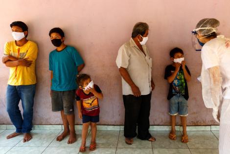 Erica Cravo, enfermera de Médicos Sin Fronteras, controla la temperatura como parte de una visita domiciliaria a una familia que permanece aislada después de que a uno de ellos le diagnosticaran COVID-19. Mato Grosso do Sul, Brasil.