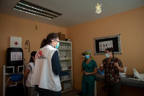 Médicos Sin Fronteras (MSF) brinda apoyo y asesoramiento al personal médico que trabaja en un centro de cuarentena establecido por las autoridades nacionales para prevenir la propagación del COVID-19 en el estado fronterizo venezolano de Táchira.
