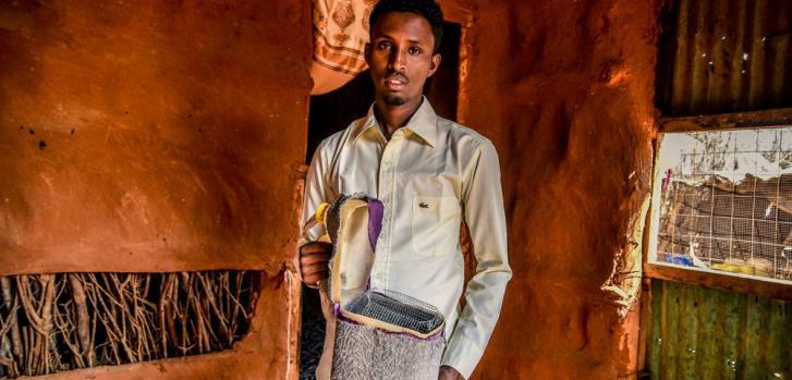Mohamed fue diagnosticado con diabetes en el campo de refugiados de Dadaab. En la foto, muestra la caja de enfriamiento portátil que lleva a todos lados, en la que carga la insulina que debe inyectarse todos los días.