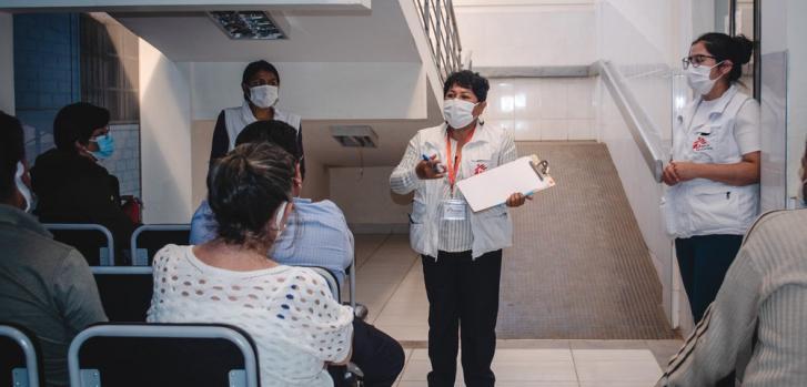 En Cochabamba, nuestros equipos realizan una sesión informativa sobre medidas de prevención y control de infecciones dirigida al personal de salud local. Bolivia, agosto de 2021