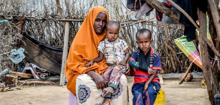 Fatuma (27 años) y sus hijos Abdirahman Ali Diyat (4 años) y Abdullahi Ali Diyat (2 años). Ella está completamente sana, pero sus dos hijos viven con diabetes, por lo cual debe darles inyecciones con insulina dos veces por día.