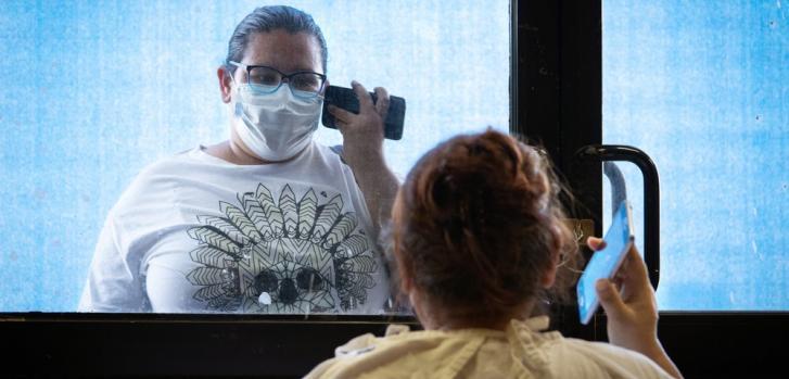 Una paciente es visitada por su familia en un centro de COVID-19 en México