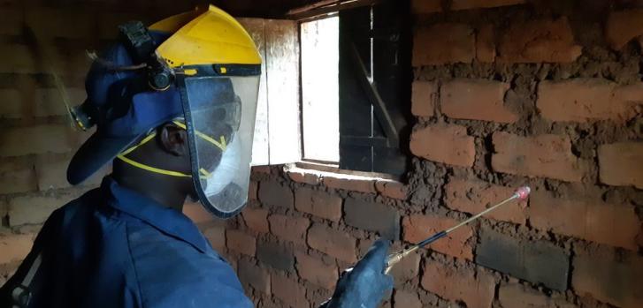 Un pulverizador de MSF está fumigando una casa contra los mosquitos durante la campaña que se llevó a cabo en 2019 en el distrito de salud de Kinyinya, en Burundi. Octubre de 2019