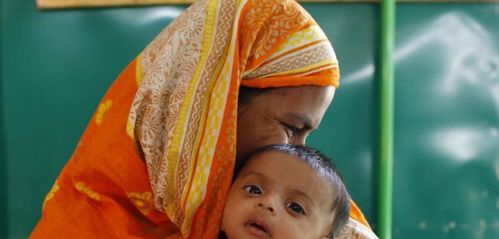 Bebé y madre en campo de refugiados rohingya