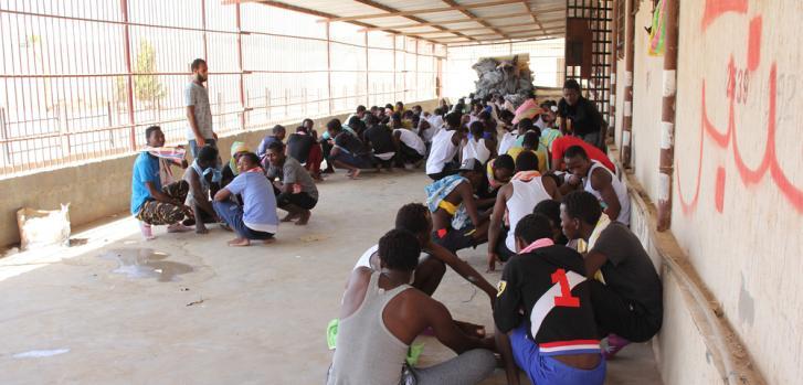 Refugiados y migrantes detenidos en Libia