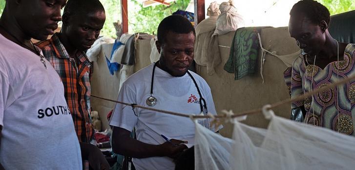 Personal de MSF realizando consultas en el hospital de Leer. Abril de 2015. Karin Ekholm/MSF