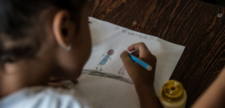 """Una niña dibuja """"miedo"""" durante una sesión psicosocial de Médicos Sin Fronteras."""