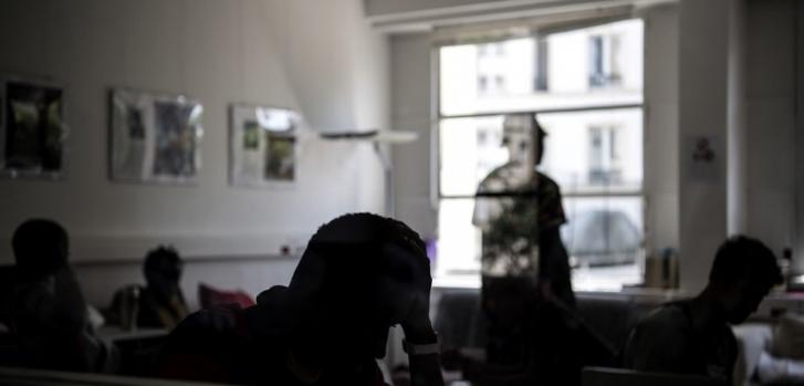 Jóvenes esperando su turno en un centro dirigido por Médicos Sin Fronteras para migrantes menores sin familia, en Pantin, a las afueras de París, el 3 de julio de 2018.