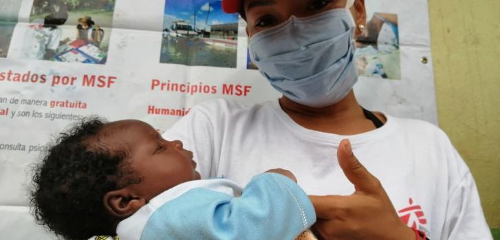 La psicóloga de Médicos Sin Fronteras cuida a un bebé mientras su madre se somete a un implante anticonceptivo en Nariño, Colombia.