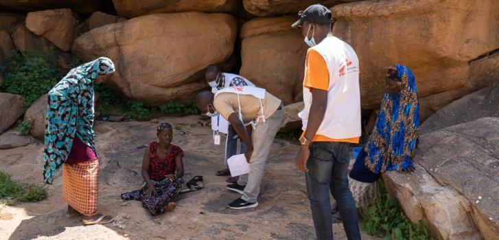 El equipo de MSF asiste a una mujer enferma que ya no puede viajar después de huir de su pueblo natal, que fue atacado por grupos armados. Logró llegar al siguiente pueblo ubicado en Bandiagara Circle, en el centro de Mali.