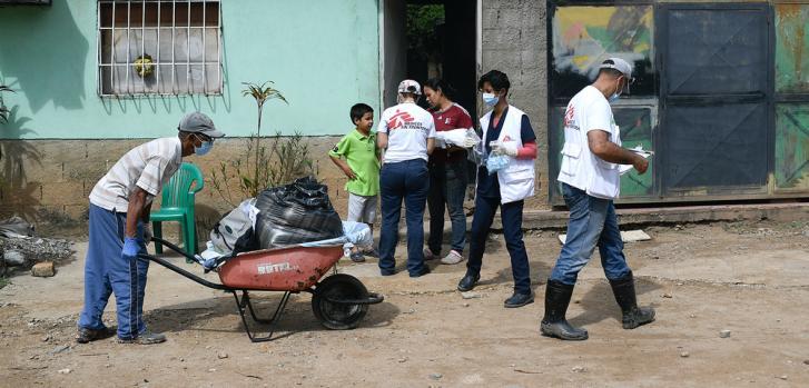 Equipos de MSF y voluntarios de la propia comunidad visitan casa a casa para evaluar las necesidades más importantes de la población y brindar servicios de salud primaria, en el marco de las jornadas integrales de salud.