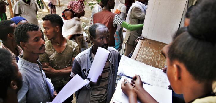 Los administradores registran a las personas desplazadas recién llegadas en la escuela Tsegay Berhe, en la ciudad de Adwa, en el centro de Tigray. Marzo de 2021.