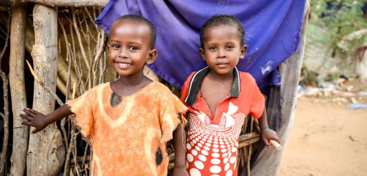 Una niña y un niño que nacieron y vivieron toda su vida en Dagahaley, uno de los tres campos de Dadaab. Kenia, mayo de 2021