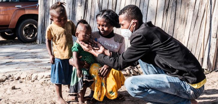 Durante una clínica móvil en la región de Androy, un miembro de nuestro equipo examina a una niña que sufre de desnutrición aguda. Madagascar, julio de 2021
