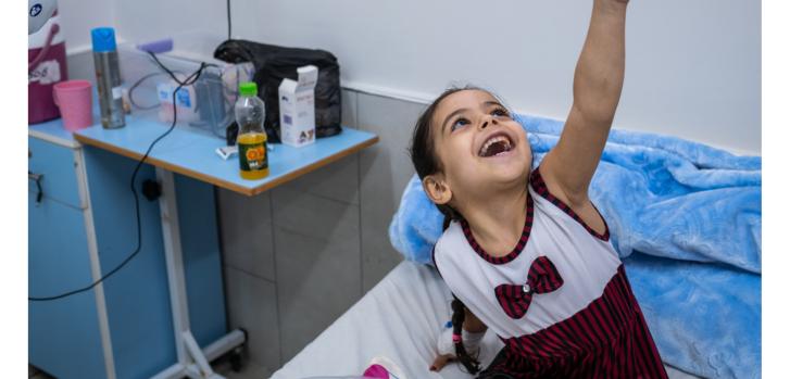 Hala, de cuatro años, el día después de que nuestro personal de cirugía le operó el pie, en la unidad de reconstrucción de extremidades del hospital Al-Awda. Gaza, agosto de 2021