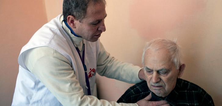 Los pacientes con enfermedades crónicas se ven particularmente afectados por la falta de medicinas. La mayoría de los pacientes de las clínicas móviles de MSF necesitan tratamientos por hipertensión, diabetes, asma o enfermedades cardíacas.