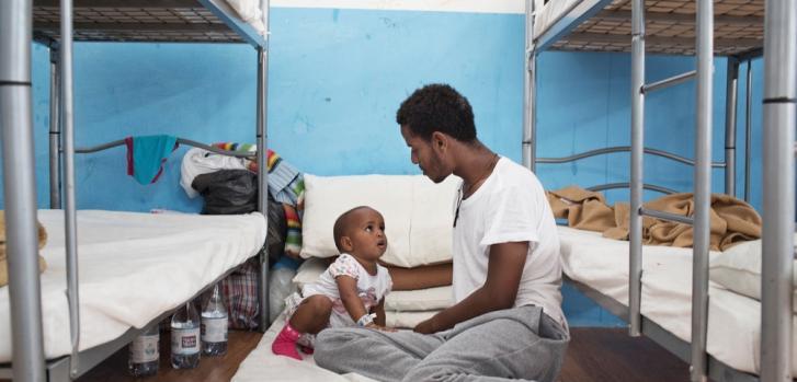 Eritreo y su pequeña hija en el Centro de Recepción de Migrantes en Pozzallo