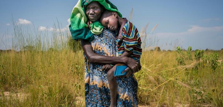 Akuot Yel carga a su hijo enfermo hasta una clínica privada. Fue al centro público pero estaba cerrado, generalmente cuando se quedan sin medicamentos cierran. Otros dos hijos enfermos esperan en casa, Akuot no puede costear el tratamiento para los tres.