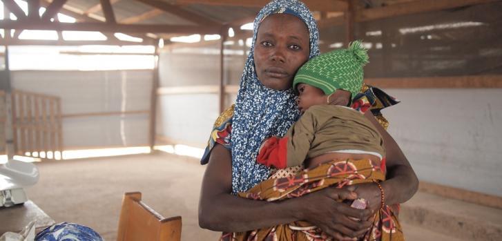 Foureza Noura viajó 130 kilometros desde su pueblo en Nigeria para llevar a su hijo a la clínica de Médicos Sin Fronteras en Niger donde se tratan casos de malaria y desnutrición