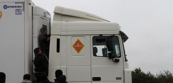 """Refugiados que viven en """"La Jungla"""" de Calais (Francia) tratan de cruzar a Inglaterra trepándose a los camiones. ©Mohammad Ghannam/MSF"""