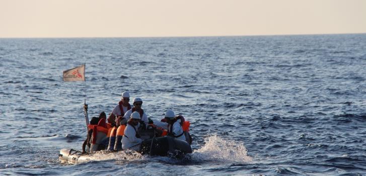 Los primeros rescatados por Médicos Sin Fronteras llevados sanos y salvos desde una de las embarcaciones precarias hasta el barco Dignity I @MSF