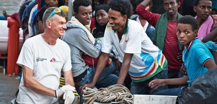 Dr. Pierre Vachaud conversando con un joven de Eritrea mientras el barco de búsqueda y rescate de Médicos Sin Fronteras se prepara para desembarcar en Italia ©MSF