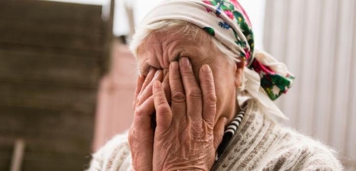 Gregorivna tiene 82 años y vive sola en Pavlopil. Desde 2014, su casa fue alcanzada dos veces por los bombardeos. ©Maurice Ressel