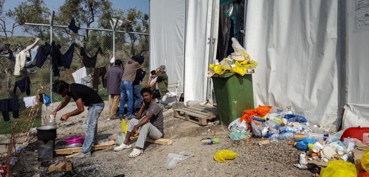 Refugiados y migrantes provenientes de Bangladesh y Pakistán, dentro del campo de refugiados Moria, Grecia. ©MSF