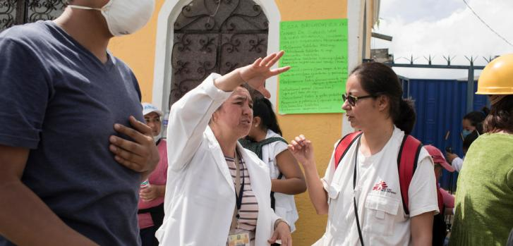 Diana Hernández, del equipo de MSF, habla con la portavoz de un grupo de atención sanitaria en San Gregorio. ©Jordi Ruiz Cirera