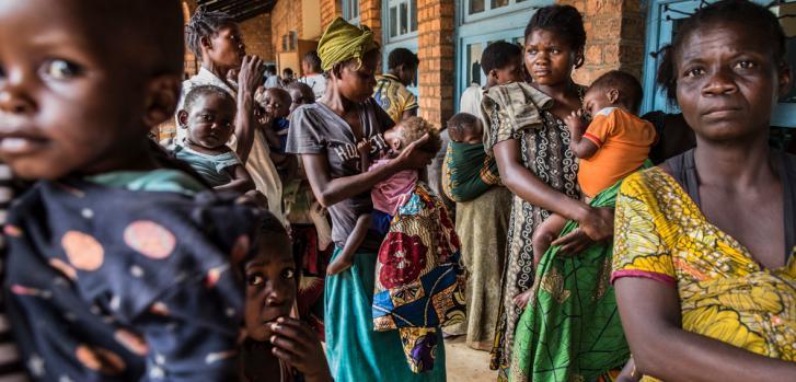 Un grupo de mujeres y niños esperan para entrar a su consulta (para saber si los niños tienen o no desnutrición) en la clínica de Mayi Munene, Región de Kasai, RDC. Muchas personas de la región aún temen que el conflicto estallará de nuevo en su pueblo.