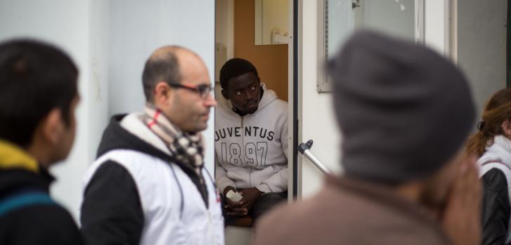 En la parte trasera de la clínica móvil, los pacientes esperan sus turnos para ser atendidos por el doctor. ©MSF