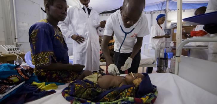 Canda tiene solo cuatro meses y sufre neumonía severa y malaria. Su madre decidió traerla a una de las clínicas que apoyamos en Bili, en el norte de República Democrática del Congo (RDC). La pequeña necesitaba oxígeno y estabilización.
