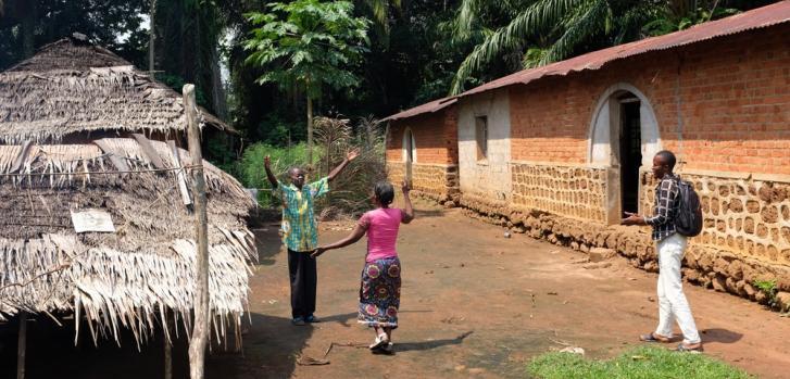 Marie-Vincent vuelve a su casa como sobreviviente del Ébola. Su esposo le da la bienvenida. ©MSF