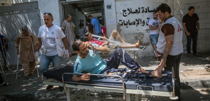 Heridos palestinos ingresando a una clínica de Médicos Sin Fronteras en Gaza