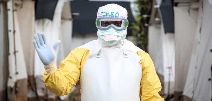 El Dr. Theo trabajando para Médicos Sin Fronteras en República Democrática del Congo, con su traje protector contra el Ébola.