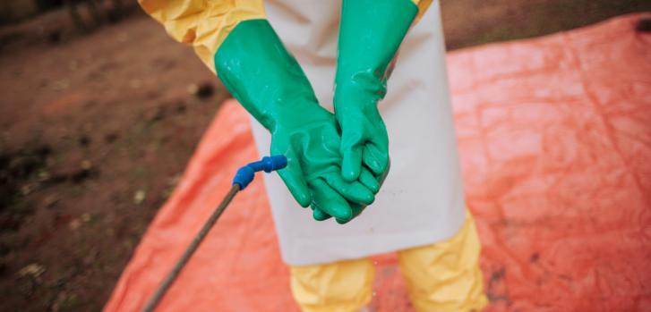 Para controlar un brote de ébola es necesario utilizar guantes y trajes protectores que deben ser lavados constantemente. Foto tomada en Kivu Norte, República Democrática del Congo, en 2018.