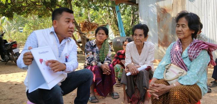 Uno de nuestros trabajadores realiza actividades para informar y educar a la población sobre la hepatitis C en un pueblo del distrito Moung Ruessei. Camboya, enero de 2019