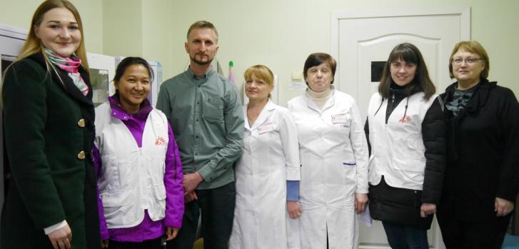 Ihor, primer paciente de tuberculosis curado en proyecto de Zhytomyr, Ucrania, junto al equipo que lo apoyó.