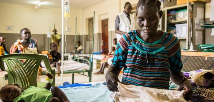 Nanyi y su hijo Dena en la Sala de Pediatría del hospital de Médicos Sin Fronteras de Malakal, en Sudán del Sur.