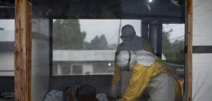 Imagen de junio de 2019 de nuestro personal médico durante una revisión de un caso sospechoso en Bunia, en República Democrática del Congo.