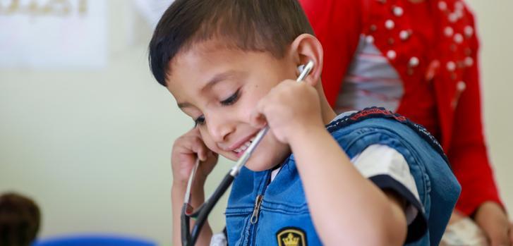 Abbas, de 4 años, juega en la zona infantil del hospital gubernamental Elias Hraoui en Zahle (Líbano). Tanto él como su hermano Youssef son pacientes de talasemia que reciben tratamiento en nuestra unidad de pediatría.