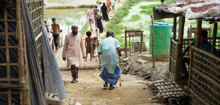 Un anciano se abre paso a través del mega campo de refugiados en Kutupalong. Bangladesh alberga a más de 912.000 refugiados rohingya. Otros miles se encuentran dispersos en la región.