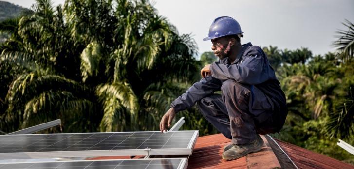 Instalamos un sistema de paneles solares en el Hospital General de Kigulube para dar autonomía a este centro durante los próximos 20 años.