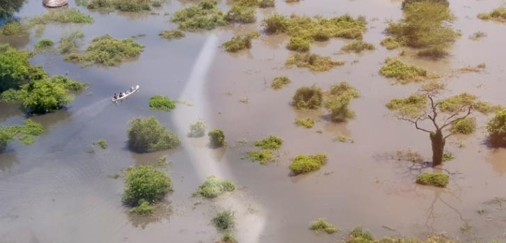 Una evaluación aérea de Gumuruk a Lekongole, donde Médicos Sin Fronteras gestiona dos unidades de atención médica primaria. Se puede ver a personas trasladándose en canoas, pues sus tukuls (viviendas) están completamente sumergidas.