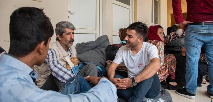 Uno de nuestros asesores en salud mental charla con algunas personas recién llegadas a Irak, procedentes del noreste de Siria.