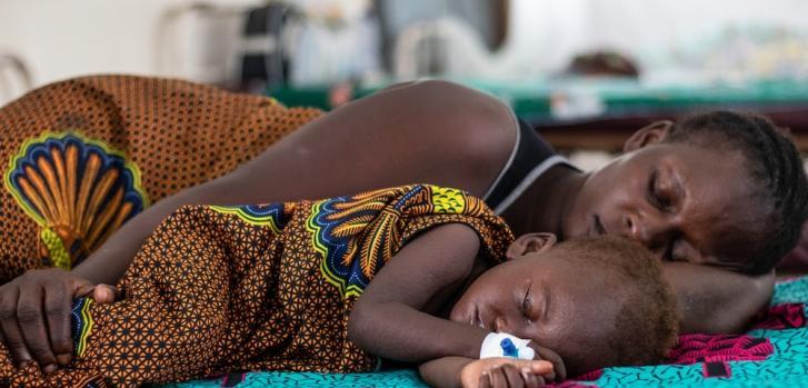 Lutumba tiene 14 meses. Llegó la tarde del 25 de diciembre de 2019 con fiebre, tos y diarrea. Tiene sarampión y recibe tratamiento en el centro de tratamiento de sarampión (CTR) de Muanda, en la provincia de Kongo Central